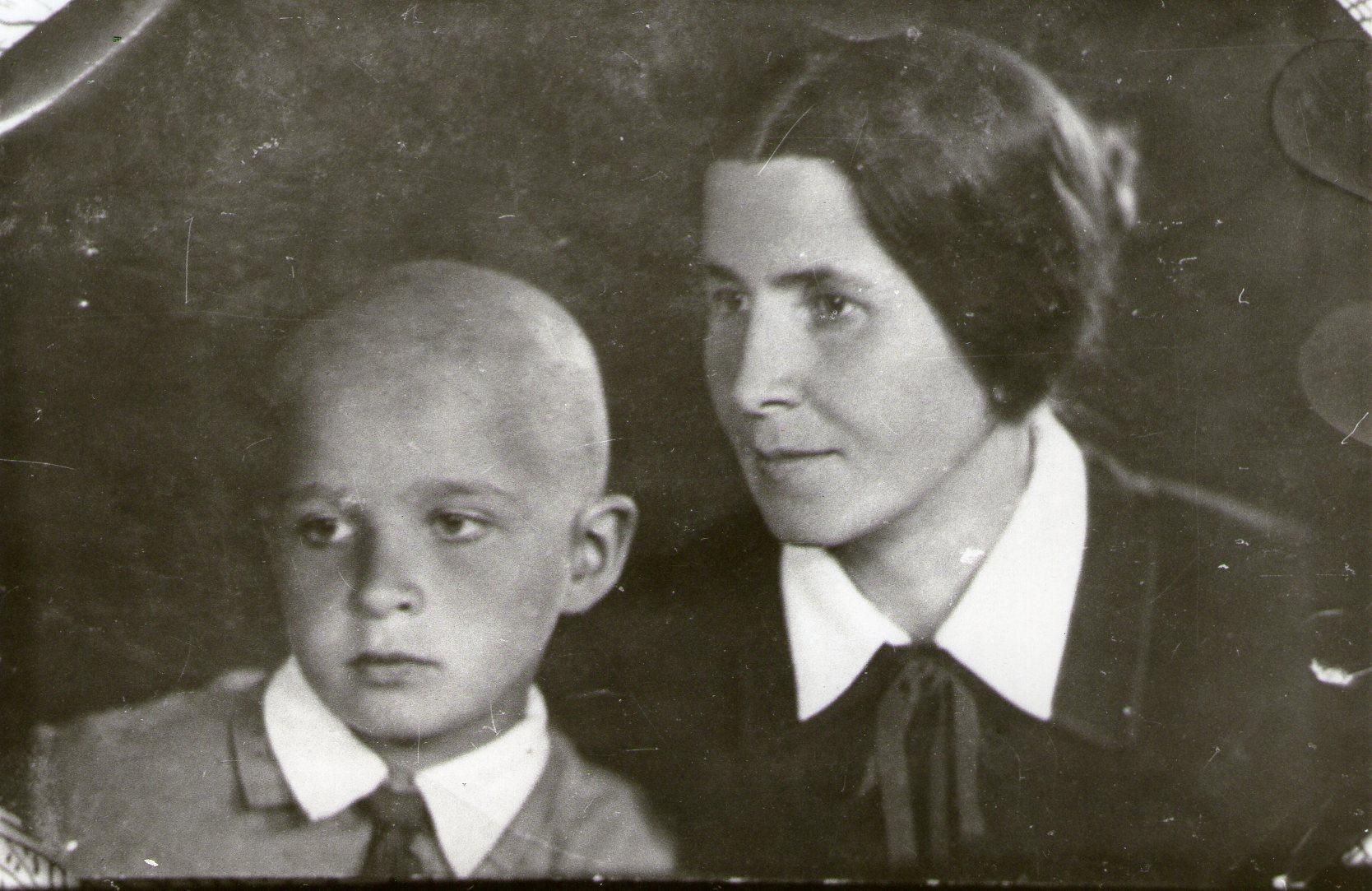 Дружина Т. Осьмачки Леся Луківна з сином Ігорем. Київ. 1932 р.
