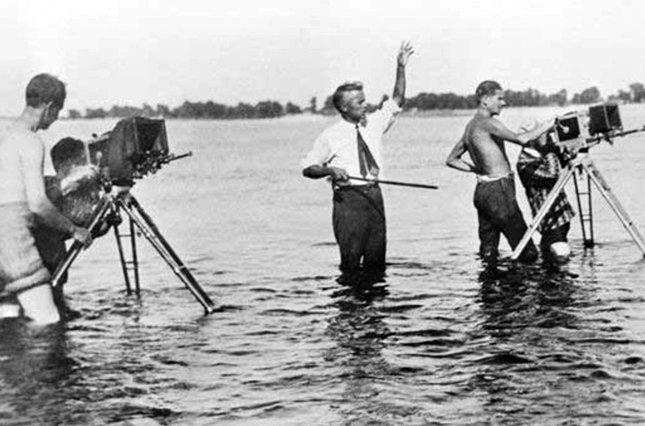 Серед знімальної групи фільму «Звенигора» Олександр Довженко і Василь Кричевський (з піднятою рукою).